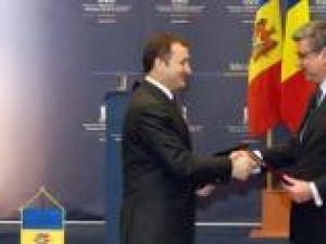 Premierul Republicii Moldova, Vlad Filat şi ministrul de Externe al României, Teodor Baconschi. Foto: MAE