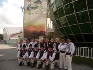 """Ansamblul """"Dorna Dorului"""", în faţa Pavilionului României de la Expoziţia Mondială de la Shanghai"""