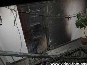 Individul sau indivizii plătiţi să dea foc la uşă au greşit etajul şi, implicit, apartamentul