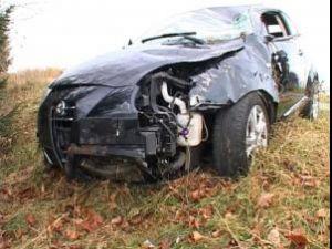 Deşi a zburat cu maşina în jur de 15 metri, răsturnându-se de mai multe ori, în mod miraculos şoferul a scăpat cu viaţă