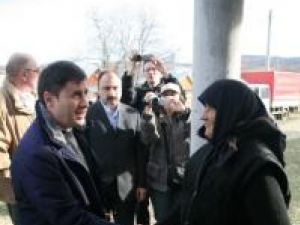 Inspecţie: Ministrul de interne a vizitat casele pentru sinistraţi de la Şerbăuţi, Dărmăneşti şi Grăniceşti