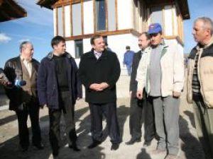 Ministrul de Interne, Traian Igaş, a vizitat ieri şantierele de construcţii de locuinţe pentru sinistraţi din localităţile Şerbăuţi, Dărmăneşti şi Grăniceşti
