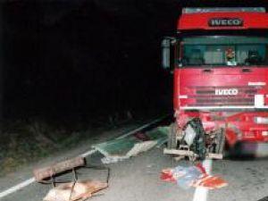 O căruţă care circula noaptea fără a fi semnalizată a fost lovită violent de un autotractor