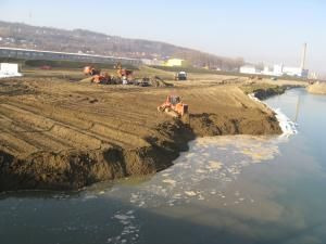 Lucrările de deviere a râului Suceava în zona podului de la Bazar au fost reluate în forţă de constructorii de la SC CF Iaşi Grup Colas