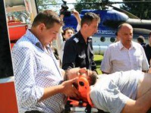 Ştefan Belmega, preluat de ambulanţierii de la elicopter şi dus la Spitalul Judeţean, pe 29 iulie 2008. Foto: Corneliu CÂRDEIU