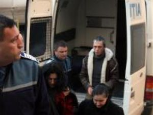 Cristina Boschi (stânga), Mariana Florentina Dumitrescu (dreapta) şi Ionuţ Marius Ciubotariu, duşi în fata judecătorilor cu propunere de arestare preventivă