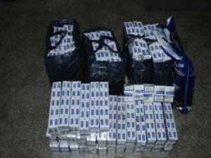 Poliţiştii au scos din autoturism peste 900 de pachete de ţigări