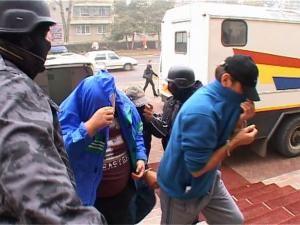 O parte dintre indivizilor arestaţi sâmbătă pentru contrabandă cu ţigări, duşi la Curtea de Apel Suceava