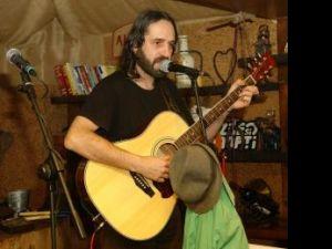 Adrian Beznă va fi gazda fiecărei seri de folk din cadrul festivalului