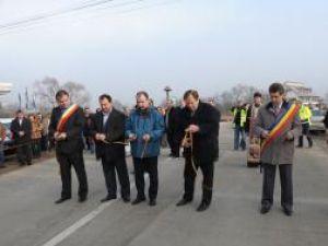 Tăierea panglicii la inaugurarea drumului judeţean Vatra Dornei-Panaci