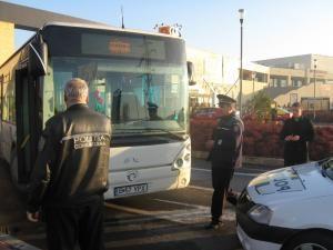 Agentul de paza care a atacat autobuzul, în dreapta imaginii