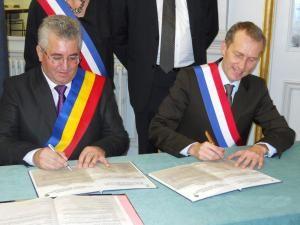 Colaborare: Primarul Lungu a semnat acordul de înfrăţire cu oraşul francez Laval