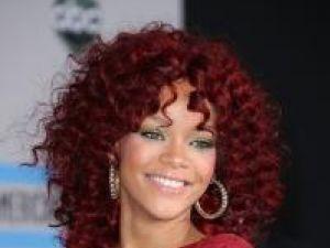 Rihanna, în rochie transparentă pe covorul roşu la American Music Awards