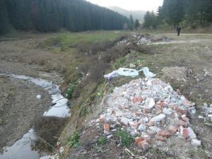 Malul unui pârâu aflat la marginea pădurii, la mică distanţă de Mănăstirea Putna, a fost transformat într-o adevărată groapă de gunoi