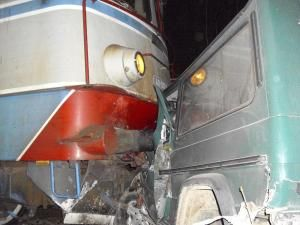 Autoturismul Mercedes a fost lovit în plin de un tren de marfă