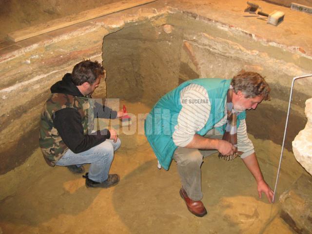 Arheologii Florin Hău şi Ştefan Dejan în săpătura din interiorul bisericii