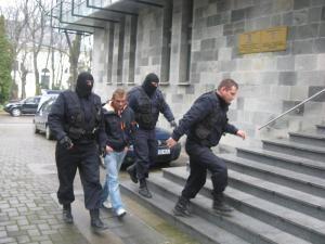 Unul dintre indivizii aduşi ieri la sediul DIICOT Suceava