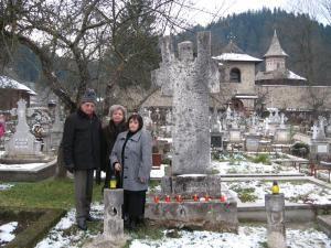 Prof. Nicolae Cârlan, scriitoarea şi jurnalista Doina Cernica şi artista plastică Danny Zărnescu, la  mormântul lui Petru Comarnescu