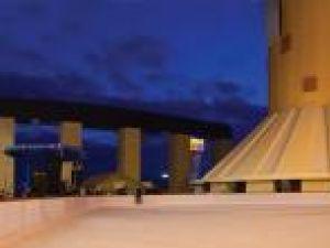 Patinoarul are o suprafaţă de 1.000 mp şi o capacitate de 200 de persoane