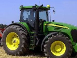 Un astfel de tractor s-a volatilizat peste noapte de la ferma din Bălcăuţi