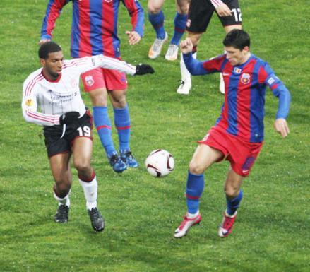 Steaua a egalat după ce portarul lui Liverpool a scăpat mingea în poartă printre picioare