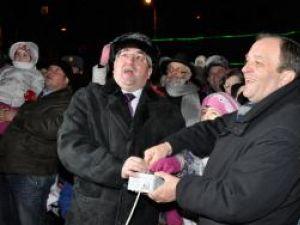 Primarul Ion Lungu, preşedintele CJ, Gheorghe Flutur, împreună cu o fetiţă din public au aprins luminile din bradul din centrul Sucevei