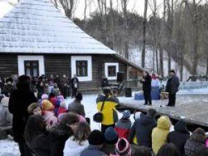 Startul programului Crăciun în Bucovina a fost dat de preşedintele CJ Suceava, Gheorghe Flutur, însoţit de directorul Muzeului Bucovina, Emil Ursu
