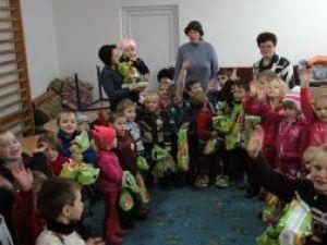Pachetele cu daruri au adus bucurie în sufletele copiilor