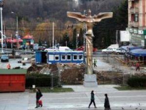 """Lucrări parcări subterane: Statuia """"Bucovina înaripată"""" va fi mutată joi din centrul Sucevei"""