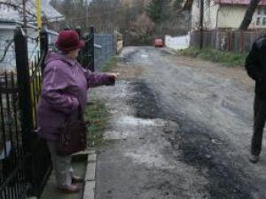 Locatarii de pe strada Luca Arbore sunt indignaţi de modul cum a fost făcută asfaltarea