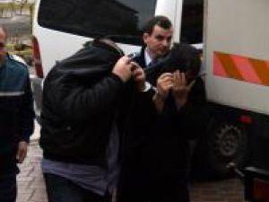 Membrii grupului Iova - Căsuţă au fost aduşi ieri dimineaţă la Tribunal şi au rămas în arest
