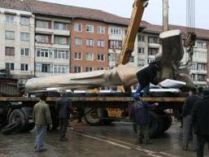 Prinsă cu mai multe chingi, statuia a fost aşezată pe platforma camionului cu care a fost transportată