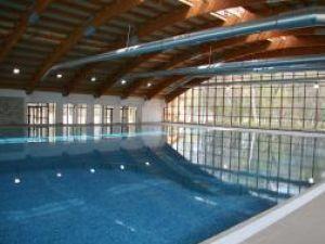 Preţul revelionului la piscină este de 2-2,5 milioane de lei vechi/persoană, iar ţinuta obligatorie este, evident, costumul de baie