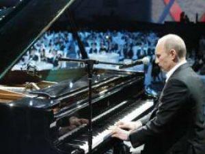 Vladimir Putin a cântat la un concert caritabil, în faţa a numeroase vedete