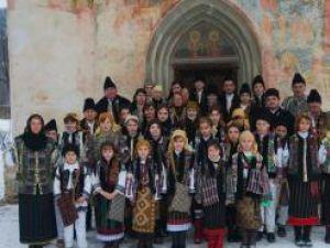 Colindătorii din Pătrăuţi, la Biserica Sfânta Cruce. Foto: Pedro PALAMAR