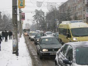 Traficul a fost ieri paralizat pe principala arteră de circulaţie a Sucevei