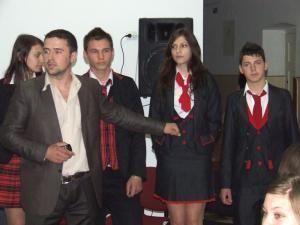 """Marian Braşoveanu, prezentând uniforme la Colegiul """"Eudoxiu Hurmuzachi"""" din Rădăuţi"""