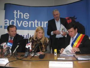 Finanţare: Îmbrăcată în bundiţă, Udrea a semnat contracte de 5,3 milioane de euro pentru Câmpulung