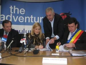 Proiectele au fost semnate de Elena Udrea şi primarul din Câmpulung Moldovenesc, Gabriel Şerban