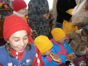 """Campania de ajutorare a copiilor afectaţi de inundaţii """"Şi copiilor le pasă"""""""