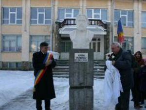 Bustul poetului Adrian Păunescu a fost dezvelit  de primarul Ioan Pavăl şi academicianului Mihai Cimpoi, preşedintele Uniunii Scriitorilor din Republica Moldova