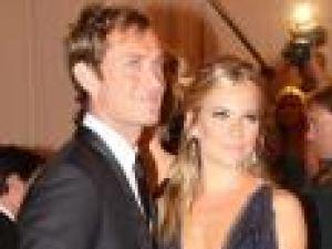 Sienna Miller şi Jude Law s-au mutat împreună