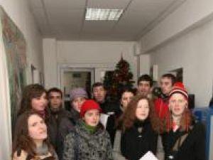 """După cum este tradiţia: Studenţi din """"ASCOR"""" Suceava au colindat redacţia """"Monitorul de Suceava"""""""