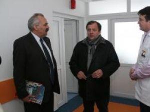 Managerul Spitalului Suceava, Vasile Rîmbu, preşedintele Consiliului Judeţean, Gheorghe Flutur, şi şeful secţiei Ortopedie, dr. Răzvan Bandac