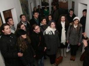 """În prag de sărbători: Corala """"Voces Christianum"""" a colindat ieri redacţia Monitorul de Suceava"""