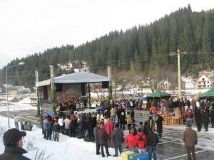"""Mai multe grupuri de colindători din judeţ au participat joi la Festivalul """"Colinda Colindelor"""", eveniment organizat la Suceviţa"""