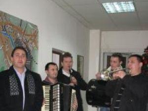 """Alexandru Recolciuc şi """"Cetina"""", cu colinda la Monitorul de Suceava"""