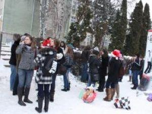 """Elevii din clasa a IX-a F de la Colegiul Naţional """"Petru Rareş"""" au oferit cadouri familiei din localitatea Braşca, care şi-a pierdut locuinţa în urma unui incendiu"""