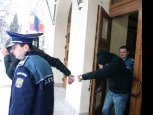 Dintre cei opt indivizi care încercau să vândă droguri unui poliţist sub acoperire, patru au primit mandate de arestare