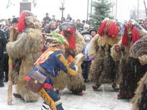 Parada tradiţiilor populare a culminat cu un spectacol care a atras mii de oameni în centrul oraşului